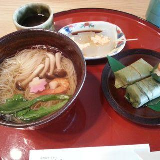 柿の葉寿司と抹茶わらび餅のセット(三輪そうめん山本 )