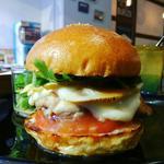 ハンバーガー(ブラウンバンズ+チキンレッグ+竹の子+トマト+パクチー+モッツァレラチーズ+チリソース)