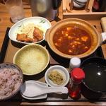 麻婆豆腐と唐揚げ定食 もち麦ご飯