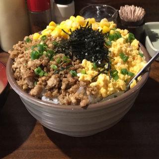 鶏そぼろ丼大盛+コーン(丼達 水道橋店 (丼の達人 どんぶりのたつじん))