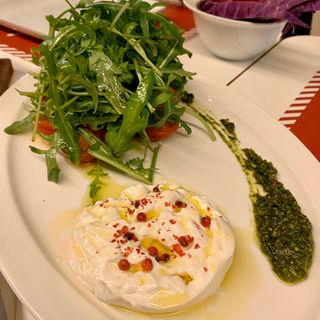 モッツアレラブッラータとトマトとルッコラのサラダ(29(ヴェンティノーヴェ))