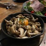 キノコのスキレット焼き トリュフ風味 卵黄のせ