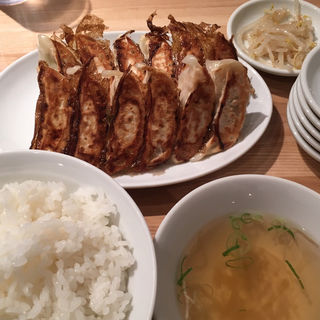 餃子定食(焼き餃子・2枚・ニラニンニクあり・大盛り)(ぎょうざいってん 神田本店 )
