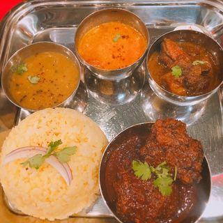 お肉のコフタ、ヒネドリのジョル、エビのココナツカレー、ダル(ナムプリー カリー)