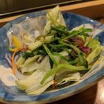 せりをマグロの脂で炒めたサラダ