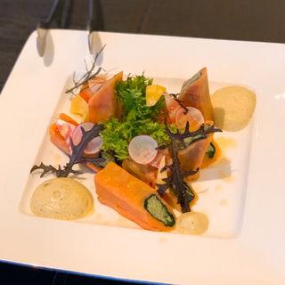 キヌアと野菜を詰めたサーモンポピエットレモン風味の泡ソース