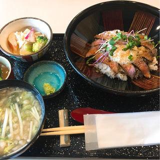 ローストビーフ丼(割烹たけだ)