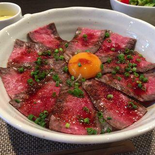 ローストビーフ丼(にく まるとし)