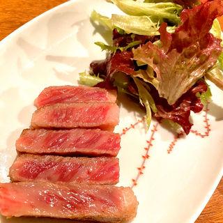 宮崎牛のステーキ フリルレタスとハンサムレッドのサラダ添え(コノ花まひろ )