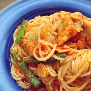 グリルチキンとアスパラガスのトマトパスタ