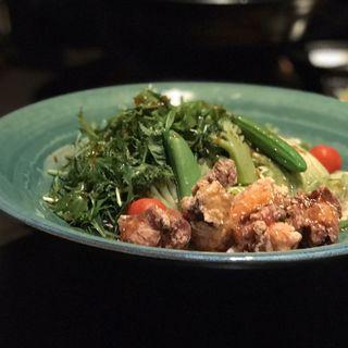鶏の竜田揚げと野菜サラダのおうどん(つるとんたん)