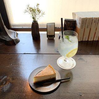 ベイクドチーズケーキ&レモネード(アイス)(喫茶カルメル堂)