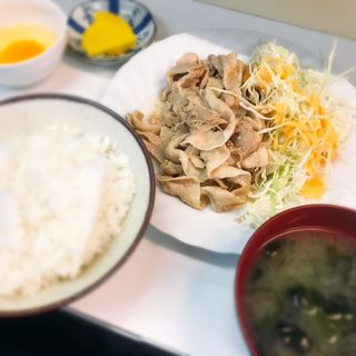 ランチ生姜焼定食(生玉子付き)(食事処 鳥はる )