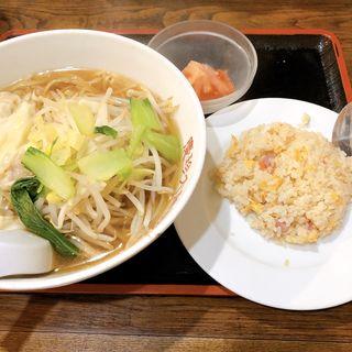 ワンタン麺と半チャーハン(栄雅  )