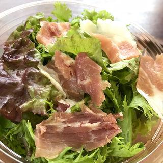 長野で作っているみゆき豚の生ハムのせサラダ 新玉ねぎドレッシング(バンカン (BANKAN))