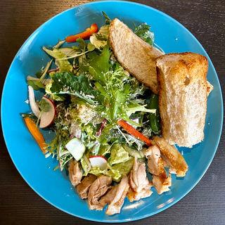 スモークチキンのシーザーパワーサラダ(Grill & Vegetable aurLab.)