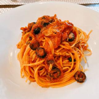 鰹とオリーブのトマトソースパスタ(カロローゾ (caloroso))