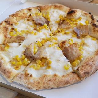 トウモロコシと自家製ベーコンのピッツァ