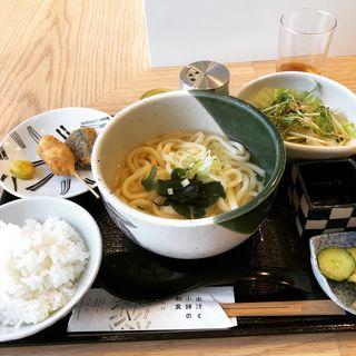 うどんセット(出汁と小鉢の和食 なのに)