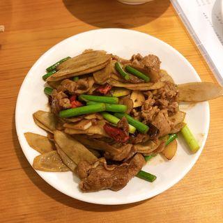 ニンニクの芽とゴボウのラム肉炒め(羊香味坊)