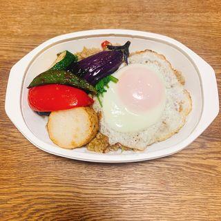 ガパオライス目玉焼きと旬菜添え(竹とんぼ )