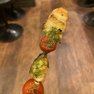 串焼き スズキとトマトのバジルソース(魚串さくらさく 神保町店 )