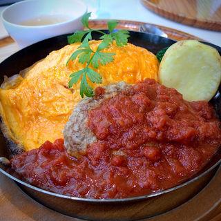 蔵王うみたて卵のじっくり煮込んだトマトソースオムライスと自慢の120gハンバーグセット(たまご舎 愛島本店 (たまごや))