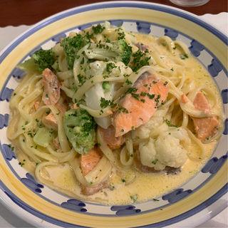 サーモンと緑野菜のクリームソーススパゲッティ(タベルナ・パパ )