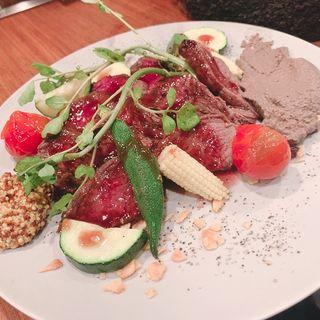 蝦夷鹿 内もも肉のロースト 赤ワインソース(個室肉バル 山小屋Root7合目 銀座コリドー街店)