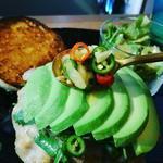 ハンバーガー(ホワイトバンズ+ポークリブ+アボカド+トマト+パクチー+パイナップル+タオソース)