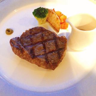 牛サーロインステーキ 昆布醤油と薬味を添えて