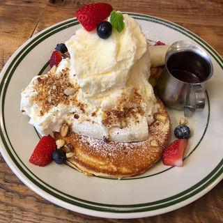 フレッシュフルーツパンケーキ ベリーソース(THE MOST COFFEE)