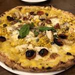 久米島赤鶏とトウモロコシのピザ