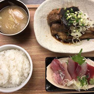 本日の日替りメニュー ぶりカマ煮付とお刺身定食(魚豊 人形町店)