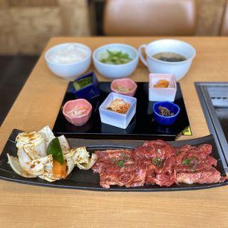 KAWACHIDON BEEF LUNCH(上カルビ、かいのみ焼き、上はらみ、焼き野菜盛り)、前菜盛り合わせ、サラダ、ご飯、スープ
