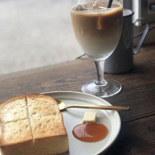 トースト、季節のジャム(あんず)とアイスカフェラテ
