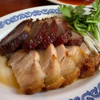 『香港スタイルランチ』(皮付き豚バラ肉の焼物)