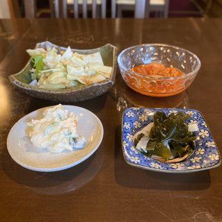 つけ出し(キムチ、ポテトサラダ、わかめの酢の物、キャベツ)