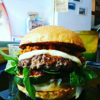 ハンバーガー(ブラウンバンズ+ビーフパティ+ステーキズッキーニ+クレソン+玉ねぎ+モッツァレラチーズ+超ミートソース)(milia burger)