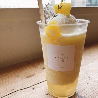 パイナップルとレモングラスのフラッペ