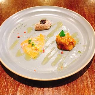 夏野菜のラグー、サーモンカルパッチョ、鶏レバーのパテ(PIZZA365)
