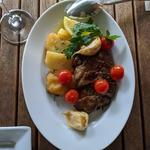 イベリコ豚のグリル、ローストトマトとガーリックコンフィ