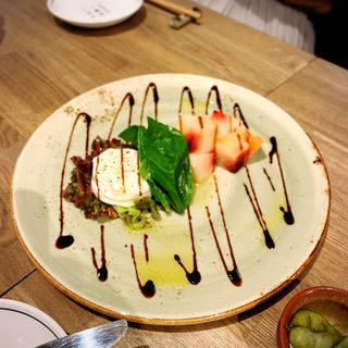 桃とブラータチーズのカプレーゼ(オ山ノ活惚レ)