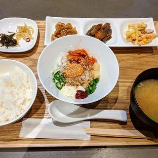 8種類の具をのせたネバネバ丼とおばんざい定食(A食堂)