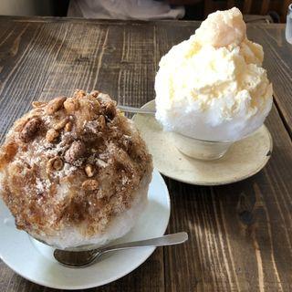 黒糖麦こがしかき氷(左)、白いんげんミルクかき氷