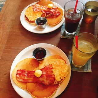 クラシックバターパンケーキ ベーコン&エッグ添え(ウエストウッドベーカーズ (WEST WOOD BAKERS))