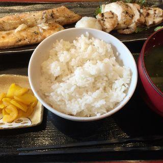 サーモンハラスと筑波鶏あぶり焼き定食
