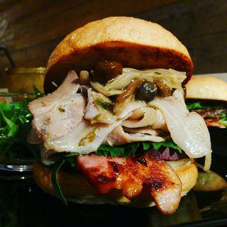 ハンバーガー(全粒粉バンズ+ポークリブ+ベーコン+さつまいも+玉ねぎ+大葉+4種キノコと山椒のあんかけソース)(milia burger)