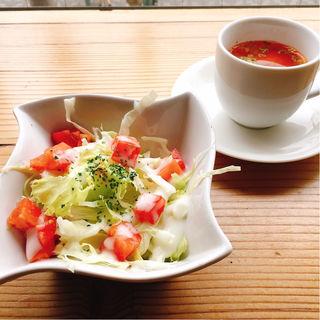 サラダ、牛すじスープ(牛すじトマト煮込み専門店もうまてん)