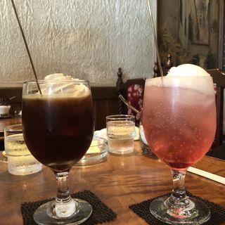 ウインナーコーヒー(左)クリームソーダ(右)